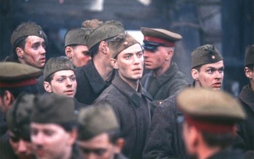 <p><strong>&laquo;Враг у ворот&raquo;</strong></p>  <p><strong>Режиссер: Жан-Жак Анно</strong></p>  <p>В мае 2001 года российские ветераны Сталинградской битвы потребовали запретить прокат фильма &laquo;Враг у ворот&raquo;. Они заявили, что в фильме принижено значение защитников города в ключевой битве Второй мировой войны. Письмо, призывающее запретить картину, волгоградские ветераны совместно с местными депутатами направили в Госдуму. Их требование не удовлетворили: картина все же вышла в России.</p>