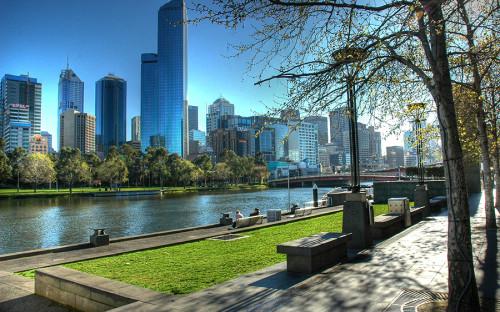 <p>Мельбурн &mdash; 97,5 балла.</p>  <p>В 100 баллов аналитики оценили такие показатели, как здравоохранение, инфраструктура и образование. Город признан лучшим для жизни седьмой раз подряд. Самый низкий балл &mdash; 95 &mdash; город получил за уровень безопасности.</p>  <p>Мельбурн &mdash; самый большой город Австралии с населением более 4 млн человек. Считается одним из основных коммерческих, промышленных и культурных центров Австралии и спортивной столицей в стране. В 1956 году здесь прошли летние Олимпийские игры, а в 2006 году &mdash; Игры Содружества.</p>