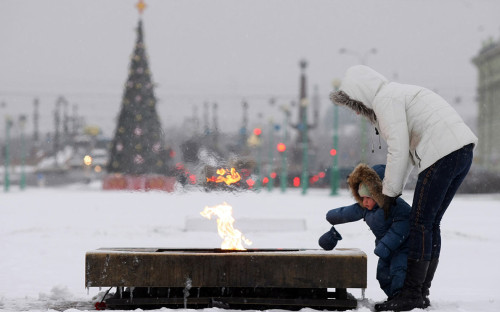 <p>Женщина с ребенком смотрят на &laquo;вечный огонь&raquo; на Марсовом поле в Санкт-Петербурге</p>  <div></div>