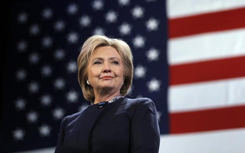 <p><strong>Хиллари Клинтон</strong></p>  <p>11 сентября 2016 года во&nbsp;время торжественной церемонии в&nbsp;память жертв теракта 11 сентября в&nbsp;Нью-Йорке стало плохо Хиллари Клинтон&nbsp;&mdash;&nbsp;кандидату в&nbsp;президенты США от&nbsp;Демократической партии. Вечером ее личный врач Лиза Бардак сообщила, что&nbsp;у Клинтон пневмония. Кандидат отменила двухдневные предвыборные мероприятия в&nbsp;Калифорнии, участие в&nbsp;мероприятиях в&nbsp;Неваде остается под&nbsp;вопросом.</p>  <p>Проблемы со&nbsp;здоровьем и&nbsp;корректировка планов сыграют против&nbsp;кандидата в&nbsp;президенты США от&nbsp;демократов, считают эксперты.<br /> <br /> &nbsp;</p>