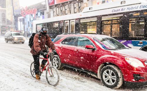 <p>Велосипедист пытается прорваться через метель в Нью-Йорке. 4 января 2018 года</p>