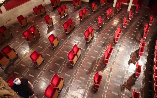 <p>Зрительный зал Берлинского театра &laquo;Берлинер Ансамбль&raquo;, после удаления мест</p>