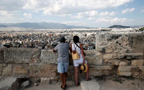 Туристы на холме Акрополь в Афинах, Греция<br /> &nbsp;