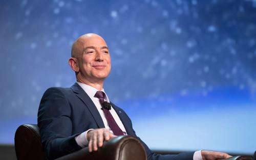 """<p>29 апреля 2016 года глава и основатель Amazon Джефф Безос <a href=""""http://rbc.ru/technology_and_media/04/29/2016/572352ed9a7947dbd0afbd2b"""" target=""""_blank"""">разбогател на $6 млрд</a> за четыре часа после публикации успешной отчетности компании, капитализация которой выросла&nbsp;почти на 13%, или на $38,2 млрд. Это позволило ему вернуться на четвертую строчку в рейтинге богатейших людей мира по версии Bloomberg.</p>  <p>В январе 2017 года Forbes <a href=""""http://www.forbes.ru/news/336823-osnovatel-amazon-dzheff-bezos-razbogatel-za-pervuyu-nedelyu-2017-goda-na-38-mlrd"""" target=""""_blank"""">сообщил</a>, что основатель Amazon разбогател за первую неделю 2017 года на $3,8 млрд благодаря росту цен акций Amazon&nbsp;до $795,99,&nbsp;или на 4%. Рост котировок связывают с успешным запуском нового продукта компании &mdash; смарт-динамика Echo, который реагирует на имя виртуального помощника Alexa и управляется с помощью голоса.</p>"""