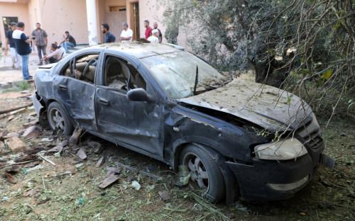 Сожженный во время столкновений в Триполи автомобиль