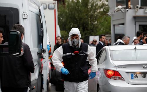 Турецкие специалисты перед обыском резиденции консула Саудовской Аравии в Стамбуле