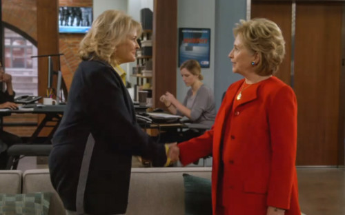 """<p>Хиллари Клинтон <a href=""""https://www.rbc.ru/rbcfreenews/5bae0de79a79474dcf6433a5?from=newsfeed"""">появилась</a> в обновленном ситкоме &laquo;Мерфи Браун&raquo; (до перезапуска в 2018 сериал выходил на CBS с 1988 по 1998 год. &mdash; <em>РБК</em>) в образе женщины, которая устраивается секретарем на телеканал. Героиня жалуется, что ее все время путают с политиком с таким&nbsp;же именем. На собеседовании на отмечает, что &laquo;точно умеет обращаться с электронной почтой&raquo;.</p>  <p>Это уже не первое появление Хиллари Клинтон на телевидении. В 2015 году, будучи кандидатом на пост президента США, она <a href=""""http://www.latimes.com/entertainment/tv/showtracker/84604712-157.html"""">снялась</a> в выпуске шоу Saturday Night Live. Там она сыграла бармена, которой на предвыборную кампанию жалуется Хиллари Клинтон в исполнении Кейт Маккиннон</p>"""