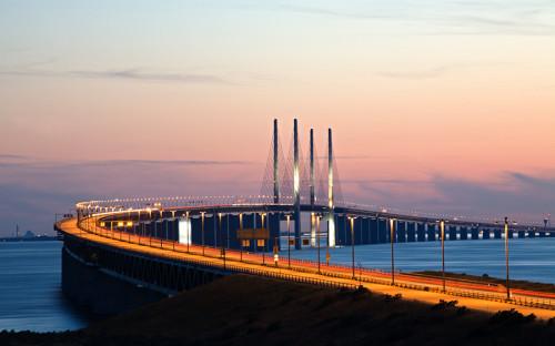 <p><strong>Стоимость: </strong> около $1,2 млрд (без тоннеля)</p>  <p><strong>Когда строили: </strong>1995&ndash;1999 годы</p>  <p>Совмещенный мост-тоннель связывает Копенгаген и Мальме через пролив Эресунн. Конструкция совмещает автомобильную трассу и железную дорогу. Длина моста &mdash; около 7,8 км.</p>
