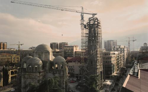 <p>Столица Македонии Скопье неоднократно разрушалась и перестраивалась. В 1963 году землетрясение разрушило 80% города и привело к гибели тысячи человек, еще 200 тыс. остались без крыши над головой. Международное сообщество выразило готовность помочь, но ни один из проектов для Скопье так и не был завершен. Спустя 50 лет консервативное правительство инициировало национальный строительный проект, цель которого возродить ощущение связи с империей Александра Македонского</p>
