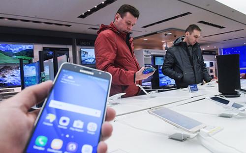 <p>Покупатели в&nbsp;одном из&nbsp;магазинов электроники в&nbsp;Москве</p>
