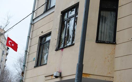 Разбитое стекло дипмиссии Турции в Москве