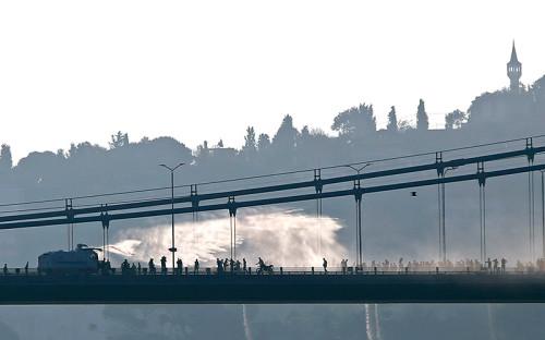 <p>Полиция применяет&nbsp;водомет против мятежных солдат на мосту через Босфор</p>  <p></p>