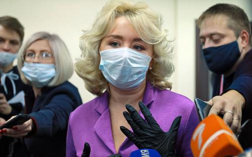 Cветлана Радионова (в центре) дает комментарий для прессы после заседания краевого арбитражного суда по иску Росприроднадзора к компании «Норникель»
