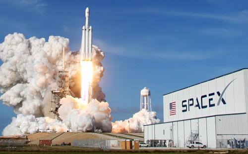 """<p>SpaceX Илона Маска &mdash; самая известная частная компания среди всех занимающихся ракетостроением и космическими запусками. Свой первый запуск на околоземную орбиту она <a href=""""https://spaceflightnow.com/falcon/004/"""">осуществила</a> в 2008 году. В феврале 2018 года SpaceX <a href=""""https://www.rbc.ru/technology_and_media/02.06.2018/5a7882029a794765ba37c643"""">запустила</a> к Марсу сверхтяжелую ракету с вишневым автомобилем Tesla Roadster на борту. Одно из главных достижений компании &mdash; отработка технологии посадки разгонных блоков на беспилотные платформы в океане, а затем их повторное использование.</p>  <p>В 2019 году компания <a href=""""https://www.rbc.ru/technology_and_media/03.12.2018/5aa59c099a7947452490125a"""">планирует</a> осуществить первый испытательный полет космического корабля для экспедиции на Марс. Сейчас <a href=""""http://spacenews.com/how-bangladesh-became-spacexs-first-block-5-falcon-9-customer/"""">на счету</a> компании 54 успешных запуска ракеты Falcon 9 и один запуск тяжелой Falcon Heavy. По <a href=""""https://arstechnica.com/science/2018/05/block-5-rocket-launch-marks-the-end-of-the-beginning-for-spacex/"""">оценкам</a> экспертов, компания тратит около $1,25 млрд в год, и, чтобы выйти на самоокупаемость, ей нужно осуществлять минимум 20 коммерческих запусков ежегодно только для того, чтобы покрыть расходы, &mdash; именно столько компания <a href=""""http://spacex.com/missions"""">провела</a> в 2017 году.</p>"""