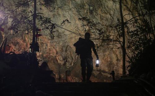 <p>23 июня подростковая футбольная команда и их тренер пропали, отправившись в пещеру Кхао Луанг в заповеднике &laquo;Понг Пха&raquo; в Таиланде. Их вещи были найдены у входа в пещеру</p>