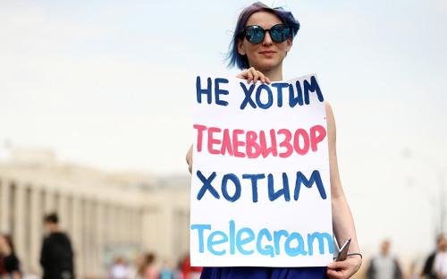 Участники митинга вышли на шествие с лозунгами и плакатами