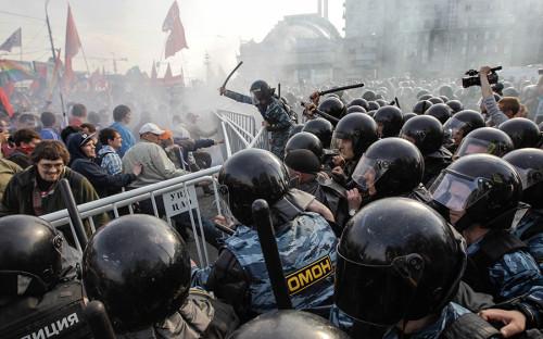 <p>6 мая 2012 года на&nbsp;Болотной площади проходил&nbsp;&laquo;Марш миллионов&raquo;&nbsp;&mdash; акция протеста против&nbsp;итогов президентских выборов. Она была согласована, но&nbsp;переросла в&nbsp;массовые задержания и&nbsp;столкновения с&nbsp;полицией, которые,&nbsp;в&nbsp;свою очередь, привели к&nbsp;уголовным делам, объединенным в&nbsp;так называемое болотное дело.</p>