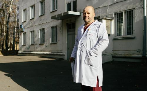 """<p><span style=""""font-size:14px;""""><strong>Игорь Давыдов</strong>,</span></p>  <p>заведующий отделением гинекологической больницы ГКБ №72</p>  <p><br /> &laquo;На прошлой неделе сотрудникам сообщили, что есть приказ о ликвидации нашей больницы. Он был подписан Риммой Масловой, главным врачом ГКБ№31, к которой нас присоединили в феврале прошлого года. Теперь нам сказали, что с 1го декабря прекращается госпитализация пациентов, а с февраля больница закрывается навсегда. Наша больница за год обслуживала 8 000 пациентов, это крупнейшая гинекологическая больница Москвы. Мы писали в прокуратуру, в департамент здравоохранения, но нам ответили, что все идет по плану. Вы поймите, врачи не пропадут, пострадают пациенты &ndash; когда кто-нибудь умрет в машине &laquo;Скорой помощи&raquo;&nbsp;от кровотечения, поскольку его некуда будет довезти, тогда станет понятно, что укрупненные больницы хороши для Испании, где дороги пустые. А у нас по любому шоссе тащишься два часа&raquo;. &nbsp;&nbsp;<br /> &nbsp;</p>"""