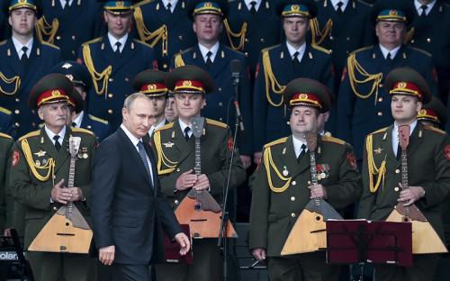 <p>Открытие форума &laquo;Армия-2015&raquo; посетил Владимир Путин. В&nbsp;своей речи президент рассказал о&nbsp;40 новых межконтинентальных баллистических ракетах, которые будут поставлены на&nbsp;вооружение российской армии в&nbsp;2015 году. Они смогут преодолевать даже самые технически совершенные системы противоракетной обороны, заверил Путин. По&nbsp;его словам, Россия намерена в&nbsp;дальнейшем уделять особое внимание масштабной госпрограмме вооружения и&nbsp;модернизации оборонно-промышленного комплекса.</p><p>В&nbsp;конце 2014 года Минобороны завершило испытания новой твердотопливной МБР РС-24 &laquo;Ярс&raquo;. По&nbsp;сравнению с&nbsp;предшественником, &laquo;Тополем-М&raquo;, в&nbsp;новой ракете применяется новый принцип&nbsp;&mdash; независимая система наведения боеголовок разделяющейся головной части и&nbsp;другие дополнительные возможности по&nbsp;преодолению системы противоракетной обороны. 9&nbsp;мая новые колесные комплексы с&nbsp;ракетами &laquo;Ярс&raquo; прошли по&nbsp;Красной площади</p>