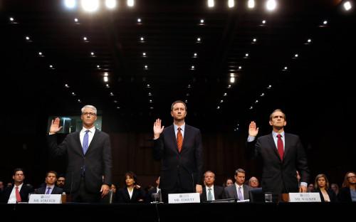 <p>Перед началом слушаний в комитете по разведке сената юрисконсульт Facebook Колин Стретч, и.о. юрисконсульта Twitter Шон Эджетт и старший вице-президент и юрисконсульт Google Кент Вокер принесли присягу.</p>