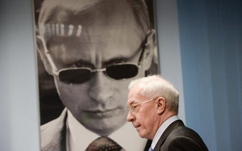 <p><strong>Спаситель Николай Азаров</strong></p>  <p>Бывший премьер-министр Украины Николай Азаров ведет активную политическую жизнь, выпускает книги об&nbsp;украинской экономике и&nbsp;постоянно принимает участие в&nbsp;ток-шоу на&nbsp;российских телеканалах. Как ранее писал&nbsp;РБК, он живет в&nbsp;подмосковном коттеджном поселке, ездит на&nbsp;представительском автомобиле с&nbsp;водителем, но&nbsp;без&nbsp;охраны.</p>  <p>Офис его &laquo;Комитета спасения Украины&raquo; находится в&nbsp;центре Москвы, напротив&nbsp;здания МВД России,&nbsp;и занимает несколько скромных комнат в&nbsp;здании ФГУП &laquo;Главное производственно-коммерческое управление по&nbsp;обслуживанию дипломатического корпуса при&nbsp;Министерстве иностранных дел РФ&raquo;. За&nbsp;соседней дверью расположился московский офис Международной полицейской ассоциации.</p>  <p>В кабинете Азарова&nbsp;нет никакой государственной и&nbsp;партийной символики, только&nbsp;несколько книг и&nbsp;доклады его организации. Хозяин кабинета называет себя украинским политиком и&nbsp;долго рассказывает об&nbsp;экономических успехах своего правительства. На&nbsp;болезненные вопросы он&nbsp;старается не&nbsp;отвечать, переводя тему на&nbsp;&laquo;мародеров&raquo;, пришедших к&nbsp;власти после&nbsp;его отставки. Азаров уверяет, что&nbsp;пользуется на&nbsp;Украине массовой поддержкой и&nbsp;народ ждет его триумфального возвращения. Но пока&nbsp;время еще не&nbsp;настало, он проводит в&nbsp;Москве съезд политэмигрантов и&nbsp;рассказывает украинцам через&nbsp;соцсети, чем&nbsp;плоха нынешняя власть.</p>