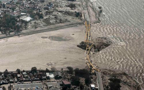 """<p>Первый подземный толчок на индонезийском острове Сулавеси <a href=""""https://www.rbc.ru/rbcfreenews/5bb17e049a7947f077d4ea51"""">был зафиксирован</a> 28 сентября утром. Сейсмологи сообщили о магнитуде 6,1. Второй удар имел магнитуду 7,5</p>"""