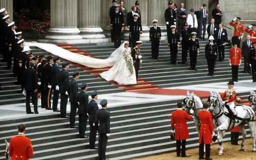 """<p>В 1981 году состоялась свадьба наследника британского престола принца Чарльза и Дианы Спенсер. Стоимость церемонии <a href=""""http://www.businessinsider.com/most-expensive-weddings-in-history-2011-4#2-vanisha-mittal-and-amit-bhatia-11"""" target=""""_blank"""">оценили</a> в &pound;30 млн (около $48 млн по курсу 1981 года). С учетом инфляции, сегодня эта цифра выросла&nbsp;бы в три с лишним раза, до &pound;107 млн (почти $139 млн). На свадьбу были&nbsp;приглашены&nbsp;3,5 тыс. гостей, а телетрансляцию церемонии посмотрели&nbsp;около 750 млн человек по всему миру.</p>"""