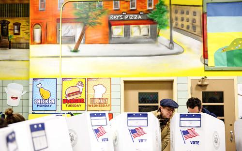 <p>Избирательный участок в&nbsp;кафетерии Нью-Йорка</p>