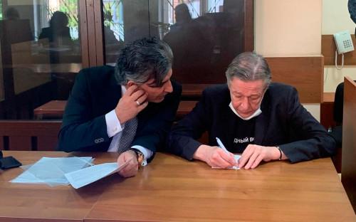 <p>Михаил Ефремов с адвокатом в зале Пресненского районного суда перед заседанием по делу о смертельном ДТП</p>
