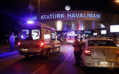 В аэропорту Стамбула произошли два взрыва