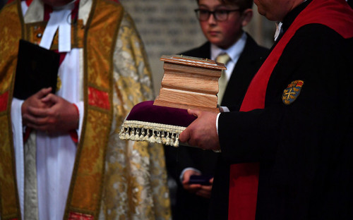 """<p>Прах физика был погребен в Вестминстерском аббатстве в Лондоне <a href=""""http://www.rbc.ru/society/20/03/2018/5ab141f49a79475c61ff9874"""">рядом</a> с могилами других известных ученых &mdash; Исаака Ньютона и Чарлза Дарвина.</p>"""
