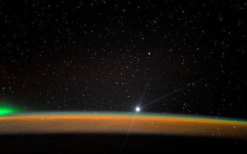 Венера выходит из-за горизонта Земли