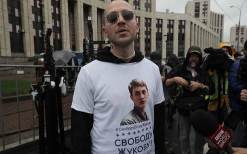 Oxxxymiron (Мирон Федоров) в футболке с требованием освободить Егора Жукова на митинге 10 августа