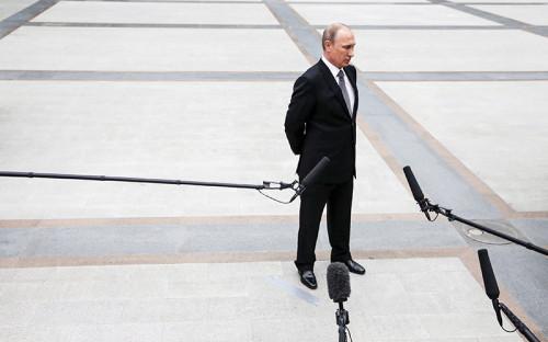 <p><strong>1&nbsp;место:&nbsp;Владимир Путин, президент</strong></p>  <p>Самый популярный российский политик в&nbsp;офлайне и&nbsp;онлайне. Сам он говорил, что&nbsp;интернетом в&nbsp;отличие&nbsp;от&nbsp;Медведева не&nbsp;пользуется, но&nbsp;второй год подряд его цитируют в&nbsp;три раза чаще премьера (1,3 млн упоминаний).</p>  <p>&laquo;Медиалогия&raquo; не&nbsp;замеряет количество негативных упоминаний, но&nbsp;именно интернет &mdash;&nbsp;последнее место, где Путина последовательно критикуют</p>