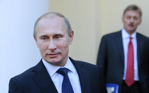 Владимир Путин и Дмитрий Песков (слева направо)