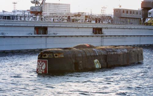 Подъёмподводного ракетного крейсера «Курск» в доке судоремонтного завода в Росляково, Мурманская область, 23 октября 2001г.