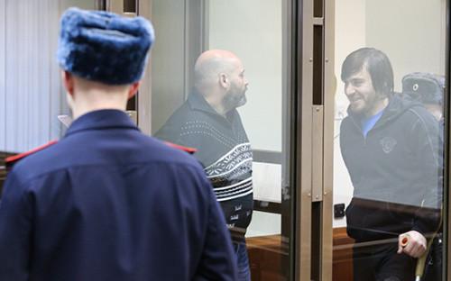 Бывший сотрудник МВД Сергей Хаджикурбанов и Джабраил Махмудов (слева направо на втором плане), осужденные заубийство журналистки Анны Политковской. Архивное фото