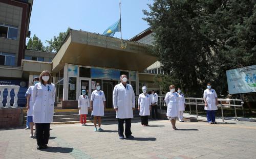 Минута молчания в память о погибших от коронавируса в Казахстане