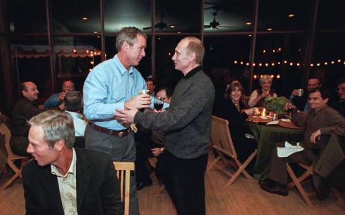 """В ноябре 2001 года Владимир Путин в рамках государственного визита в США гостил на ранчо президента страны Джорджа Буша-младшего&nbsp;в Техасе. На второй день пребывания российского лидера там состоялся дружеский ужин, на который собрались около 30 человек, в том числе пианист Ван Клиберн и&nbsp;гольфист Бен Креншоу. Как <a href=""""http://kremlin.ru/events/president/news/41514"""" target=""""_blank"""">сообщалось</a> на сайте Кремля, ужин прошел в непринужденной атмосфере, а политические темы практически не поднимались"""
