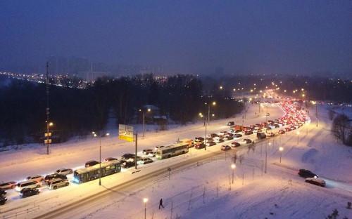 """Сильный снегопад утром 4 декабря практически парализовал движение на улицах Москвы. В час пик пробки, по данным <a href=""""https://yandex.ru/maps/213/moscow/?l=trf%2Ctrfe&ll=37.620393%2C55.740017&z=10"""">&laquo;Яндекса&raquo;</a>, достигали 9 баллов, к 10:00 их уровень снизился до 6 баллов."""