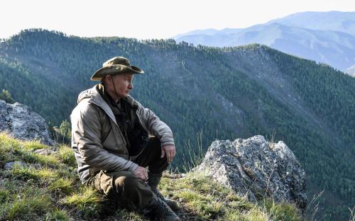 """О том, что прошедшие выходные президент провел на отдыхе в Туве, рассказал его пресс-секретарь Дмитрий Песков. &laquo;Походил по горам, полюбовался красотами. Это был туризм такой, я&nbsp;бы сказал, видовой, природный туризм&raquo;, &mdash; <a href=""""https://www.rbc.ru/politics/27/08/2018/5b83e5189a79476790b3a1ee"""">объяснил</a> он"""