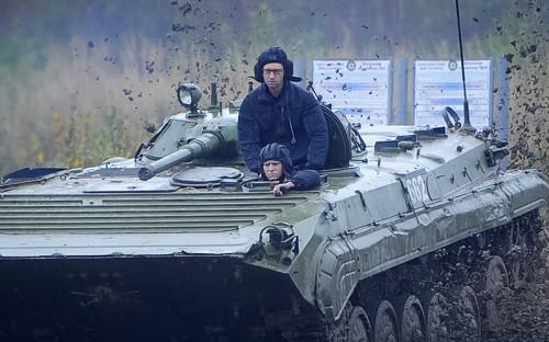 Премьер-министром Яценюк стал сразу после революции 2014 года и возглавлял кабмин с начала антитерорристической операции на юго-востоке страны. На фото: премьер посещает Яворовский полигон в Львовской области в октябре 2014 года.