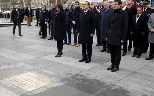 <p>Мэр Парижа Анн Идальго, президент Франции Франсуа Олланд и&nbsp;премьер-министр Мануэль Вальс вспоминают погибших в&nbsp;результате&nbsp;терактов во&nbsp;Франции в&nbsp;2015 году.</p>  <p>Сегодня в&nbsp;память о&nbsp;погибших в&nbsp;январе и&nbsp;в&nbsp;ноябре 2015 года на&nbsp;площади Республики открыли мемориальную доску</p>