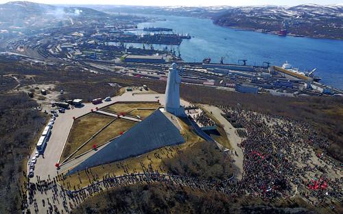 В Мурманске празднование прошло умемориала «Защитникам Советского Заполярья в годы Великой Отечественной войны», более известного как Алеша