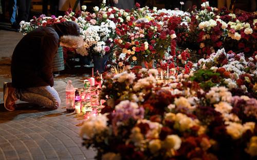 Цветы на акции памяти погибшего оппозиционного активиста Романа Бондаренко в Минске