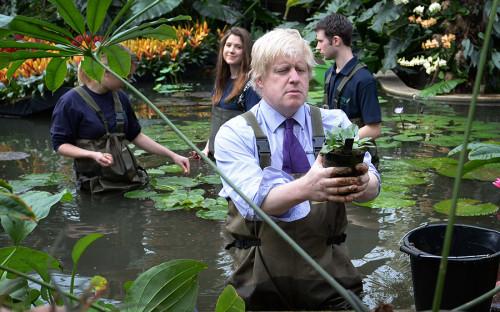 """&laquo;<a href=""""https://www.telegraph.co.uk/news/politics/london-mayor-election/mayor-of-london/10909094/Boris-Johnsons-top-50-quotes.html"""">Нет смысла</a> тратить много моральной или умственной энергии на зависть к очень богатым людям. Они не счастливее остальных &mdash; у них просто больше денег. Мы не должны беспокоить себя мыслями о том, почему им хочется больше денег или почему им приятнее находиться в ванных с золотыми кранами. Почему мне, обладателю 20-летней Toyota, должно быть больно от мысли о том, что у кого-то есть новенький Mercedes? Все равно мы все стоим в одних и тех&nbsp;же пробках&raquo;"""