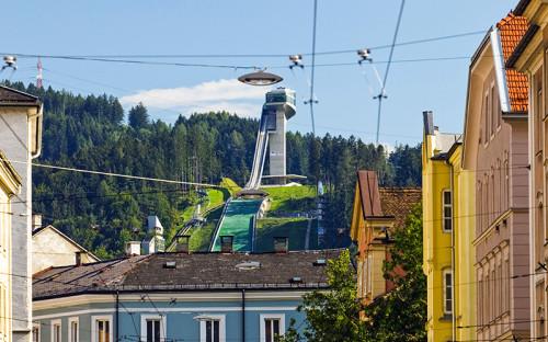 <p>Лыжный трамплин &laquo;Бергизель&raquo; (Bergiselschanze) в&nbsp;Инсбруке (Австрия)</p>  <p>Лыжный трамплин в&nbsp;австрийском Инсбруке был построен еще в&nbsp;1930 году и&nbsp;с&nbsp;тех пор многократно реконструировался. В 1999 году архитектурное бюро Хадид Zaha Hadid Architects выиграло конкурс на&nbsp;его реконструкцию. Строительство было завершено в&nbsp;2002 году, стоимость проекта составила &euro;15&nbsp;млн</p>