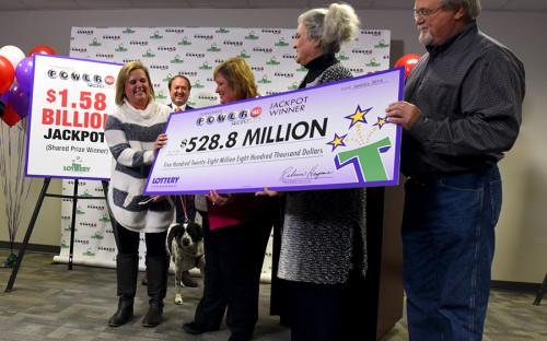 """<p>В январе 2016 года в американской лотерее Powerball <a href=""""http://www.rbc.ru/society/14/01/2016/569735049a79477d705b65a5"""" target=""""_blank"""">был разыгран</a> крупнейший джекпот в истории на сумму более $1,5 млрд. Угадать выигрышную комбинацию удалось обладателям трех билетов, каждый из которых решил получить приз сразу, а не на протяжении 30 лет. По этой причине сумма выплаты <a href=""""https://www.nbcnews.com/news/us-news/tennessee-couple-s-powerball-ticket-verified-327-8-million-won-n497606"""" target=""""_blank"""">составила</a> $327,8 млн каждому. Эта лотерея вызвала серьезный ажиотаж в стране &mdash; организаторы ожидали, что доход от продажи билетов достигнет $1,3 млн в минуту в вечерние часы пик.</p>"""
