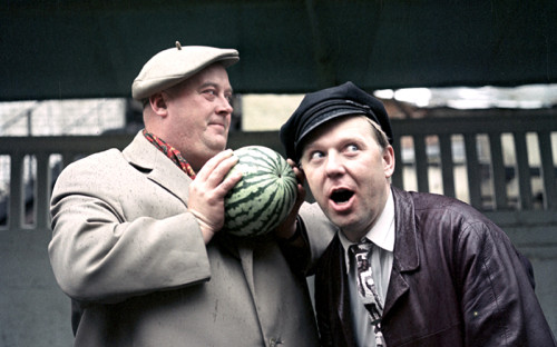 <p>1965 год. Артист кино Евгений Моргунов и артист цирка Олег Попов выбирают арбуз</p>  <p></p>  <p></p>
