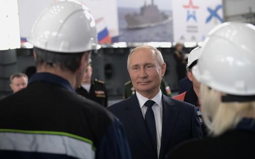 Владимир Путин во время общения с сотрудниками судостроительного завода «Залив» на церемонии закладки боевых кораблей для Военно-морского флота РФ в Керчи